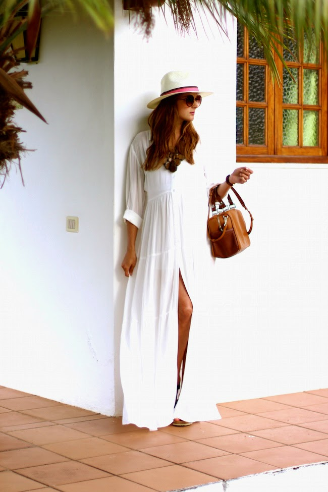Marianela Hernández is looking glamorously bohemian in this gorgeous white maxi dress. With slit detailing down the front, this dress simply oozes sex appeal! Dress: Sheinside, Hat: BohoChic, Sandals: Panama Jack, Bag: Zara.