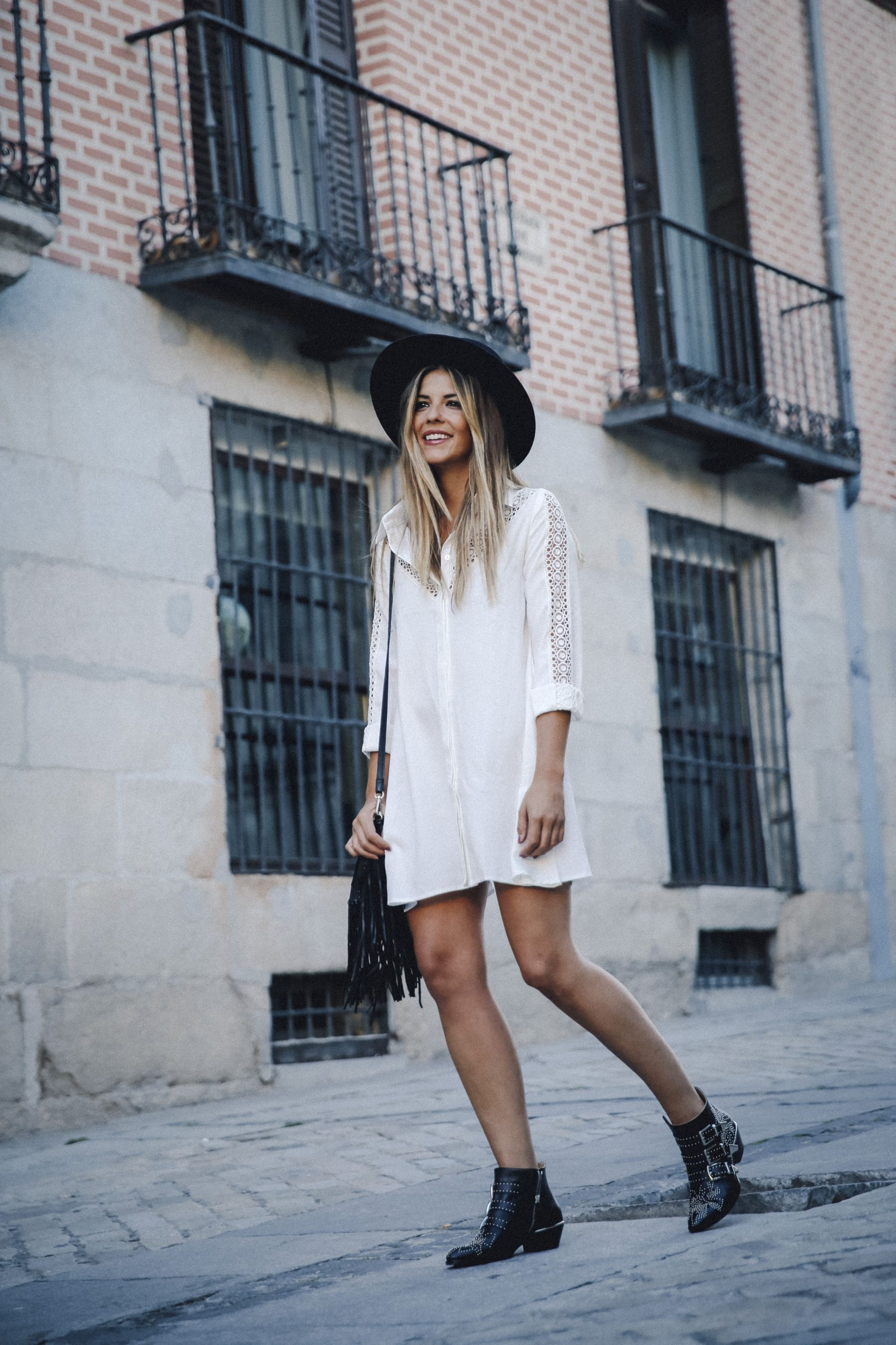 Natalia Cabezas has opted for a more sophisticated, contemporary take on the bohemian style. In a cute white lace detailed shirt dress, Natalia looks relaxed and ready for summer! Try this look with ankle boots and a fedora to get that retro feel. Dress: Asos, Hat: Brixton, Bag: Zara, Boots: Chloe via Farfetch.es.