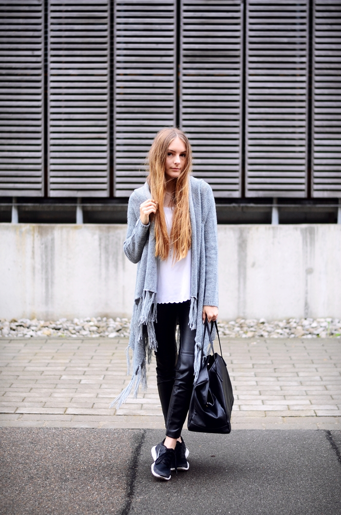 This is both classic and cool. Basic colour scheme and must-have spring items all around. Via Anna Huhtamäki Cardigan: Asap, Pants/White Top: H&M, Bag: Zara, Sneakers: Nike