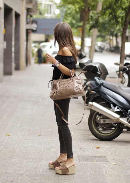 You gotta love the black skinny jeans and brown platforms. Normally considered a Faux-Pas it works for this girl. Via Sandra Buisan All Items: 080 Chic