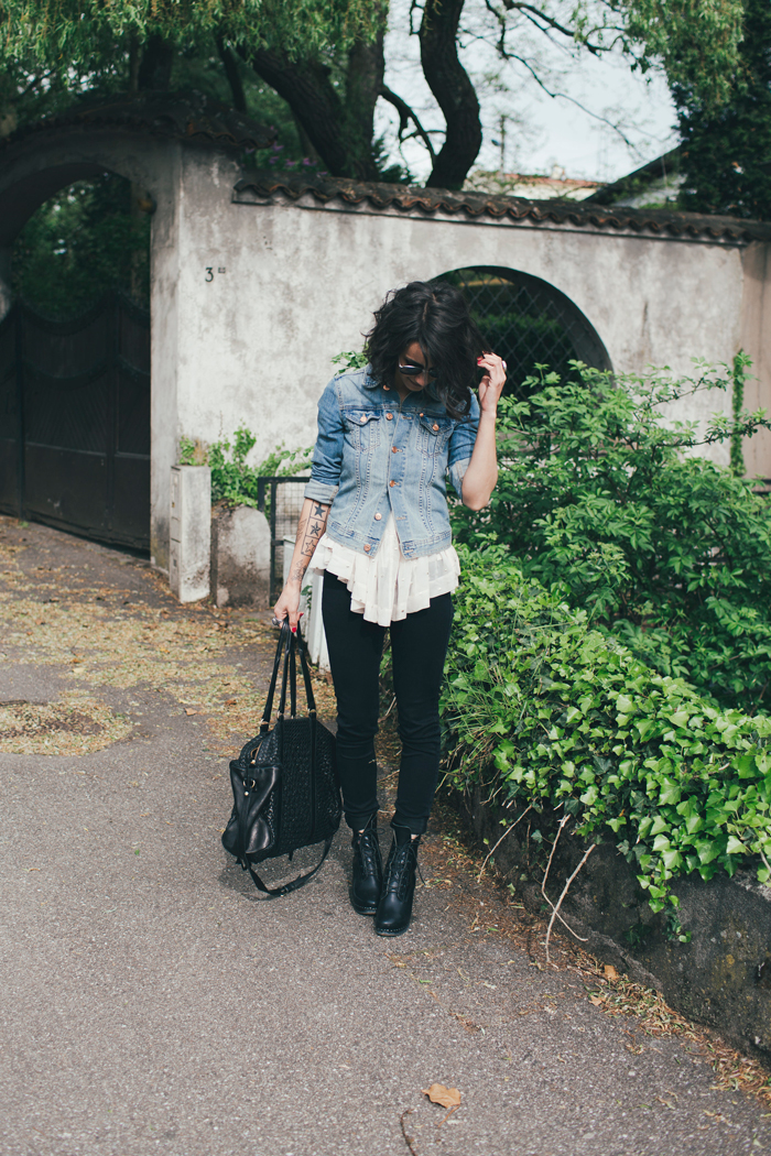 Coline is wearing a faded denim jacket from H&M, white top from Stella Forest, black jeans from Noisy May, black boots from Swedish Hasbeens and the bag is from Claramonte