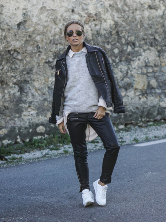 Camille Callen dares to wear double leather, and the result is tomboy heaven. Shirt: Sheinside, Pullover: Pimkie, Trousers: Mango.