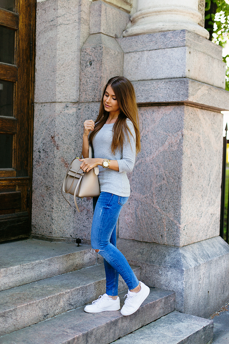 Sporty casual always works with skinny jeans. Throw on a grey ribbed 3/4 length sleeve top and sneakers. Via Marianna Mäkeläia Top: Gina Tricot, Jeans: Zara, Sneakers: Nike, Bag: Céline. Skinny jeans with sneakers