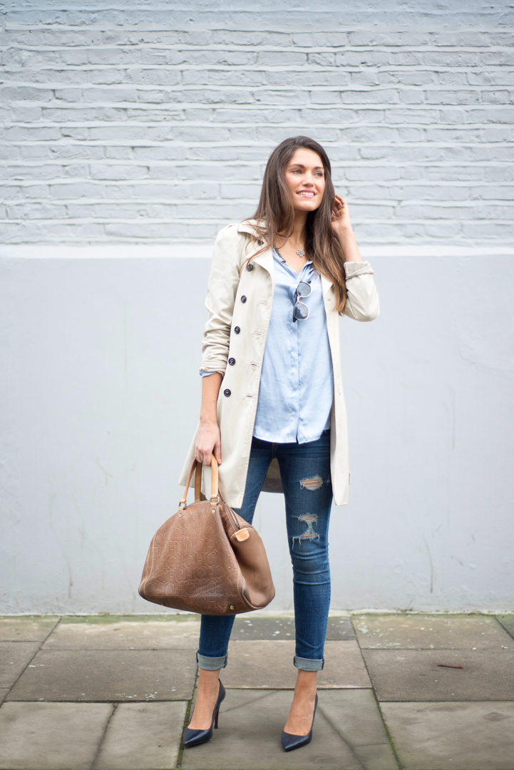 An idea is to throw on a light mid-length trench coat a blut shirt, ripped blue skinny jeans with either dark blue or blac court. Via Ariana Chiche Trench Coat/Shirt/Shoes: Zara, Jeans: Abercrombie & Fitch, Bag Carolina Herrera