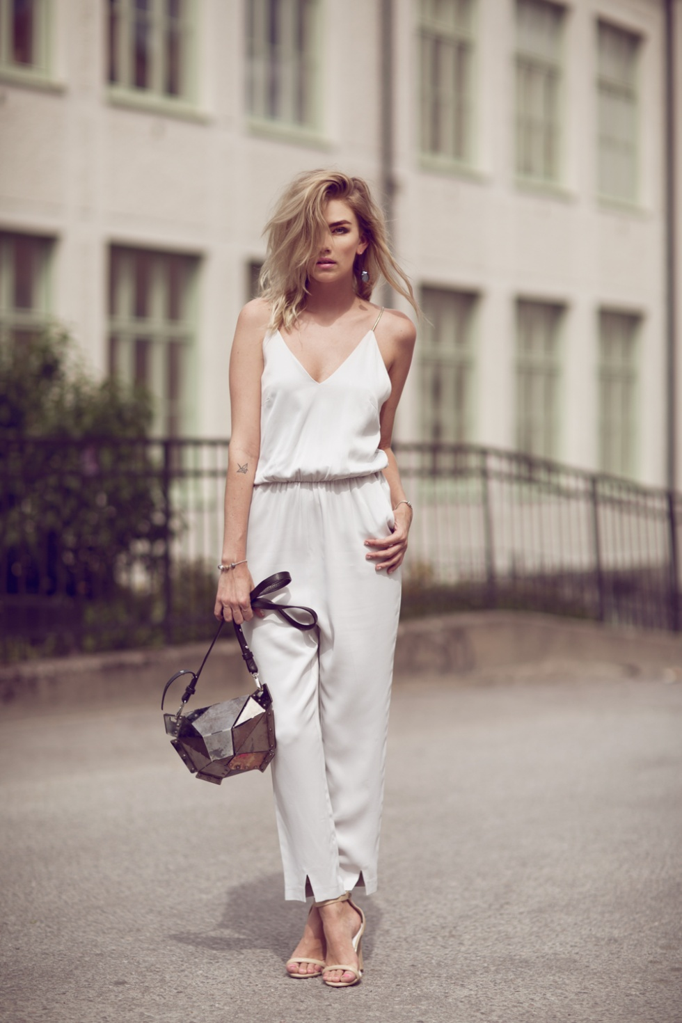 Casual Spring Outfits: Elsa Ekman in a stunning silk white jumpsuit and heels accessorised with a stylish handbag Jumpsuit: Gina Tricot, Heels: Jennie-Ellen, Bag: SALAR