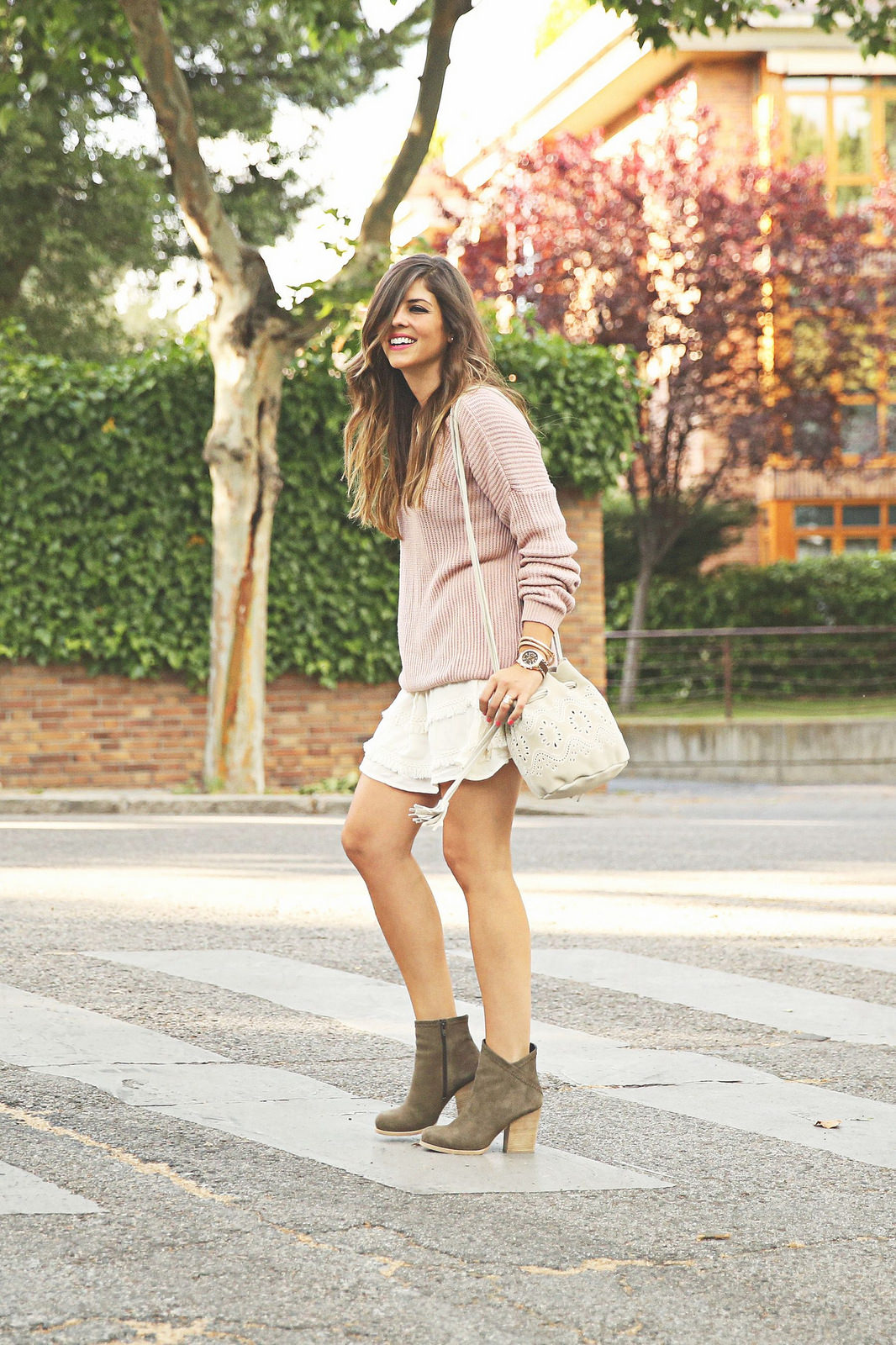 Natalia Cabezas in a simple neutral spring outfit. Cosy pastel pink sweater, creme mini skirt and suede booties complete the outfit perfectly Sweater: Brandy Melville, Skirt: Buylevard, Boots: Mustt