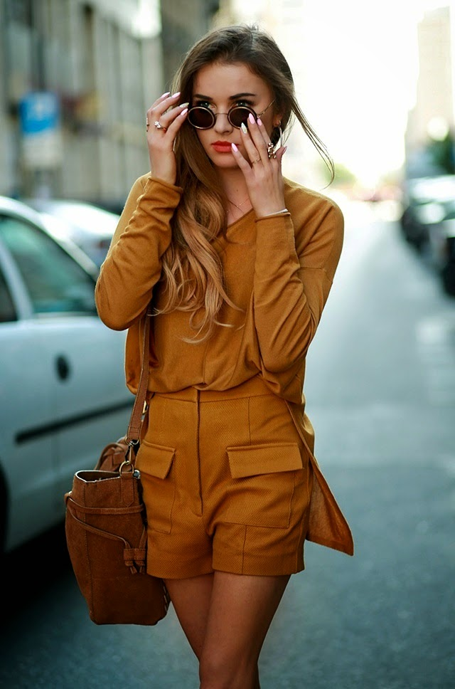 Julietta Kuczyńska is wearing a blouse and high waisted shorts from H&M with a brown Porfois side bag and Dior sunglasses