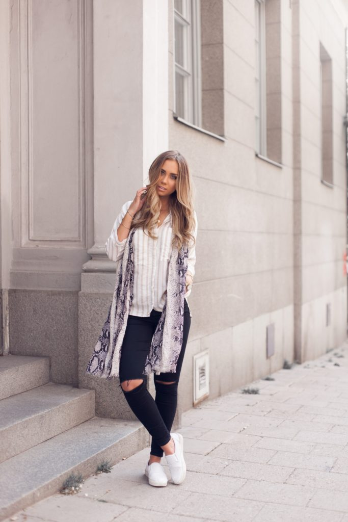 Vertical stripes are simply one of the best spring fashion statements for 2015. Lisa Olsson shows this perfectly with a creme and beige vertically striped shirt from Zara