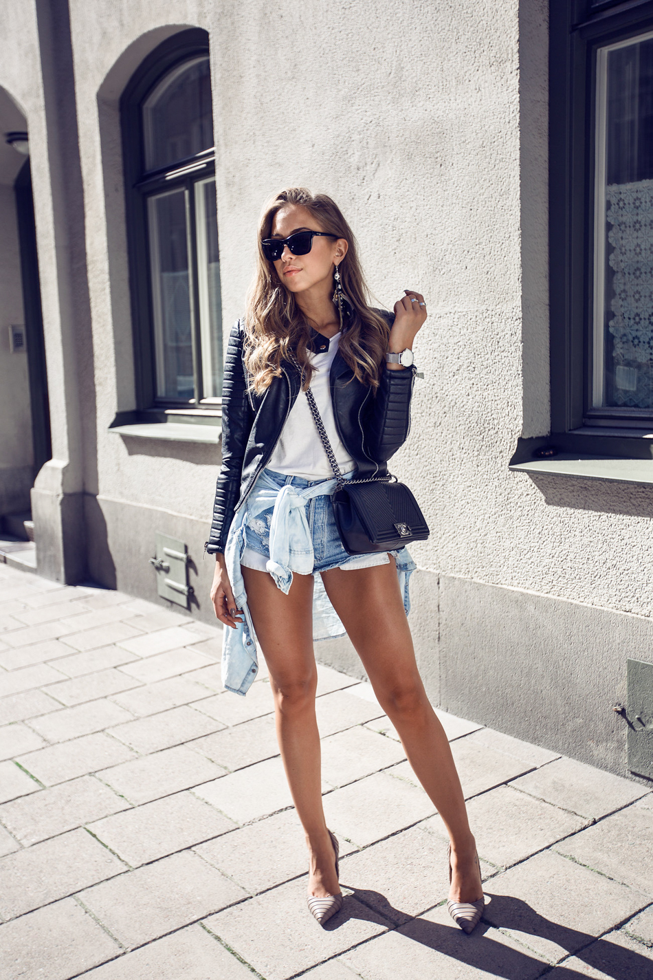 ccc59f57500 Denim shorts and a leather jacket make up a casual summer outfit! Via Kenza  Zouiten