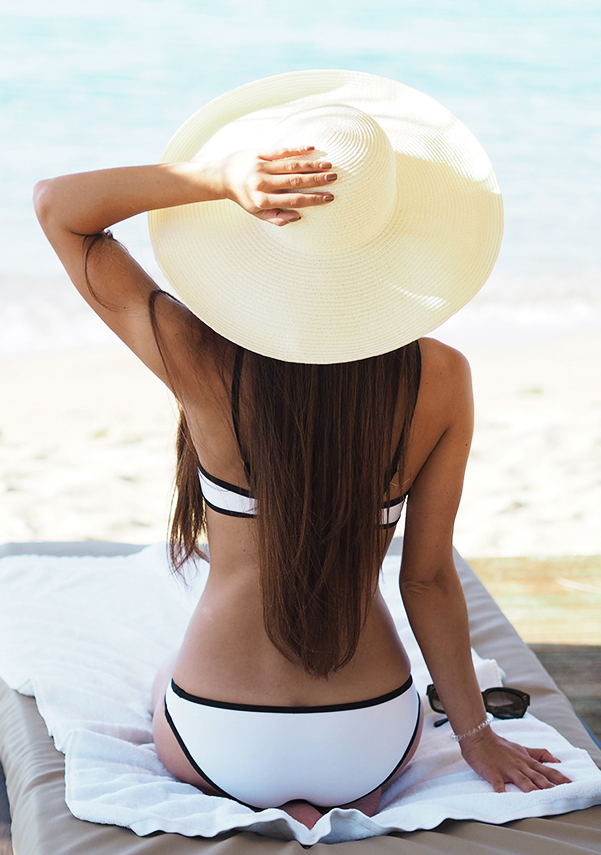 Black and white will never go out of fashion. If you are in doubt this is always a good choice. To add something extra bring a wide brim sun hat with you. Via Lydia Lise Millen