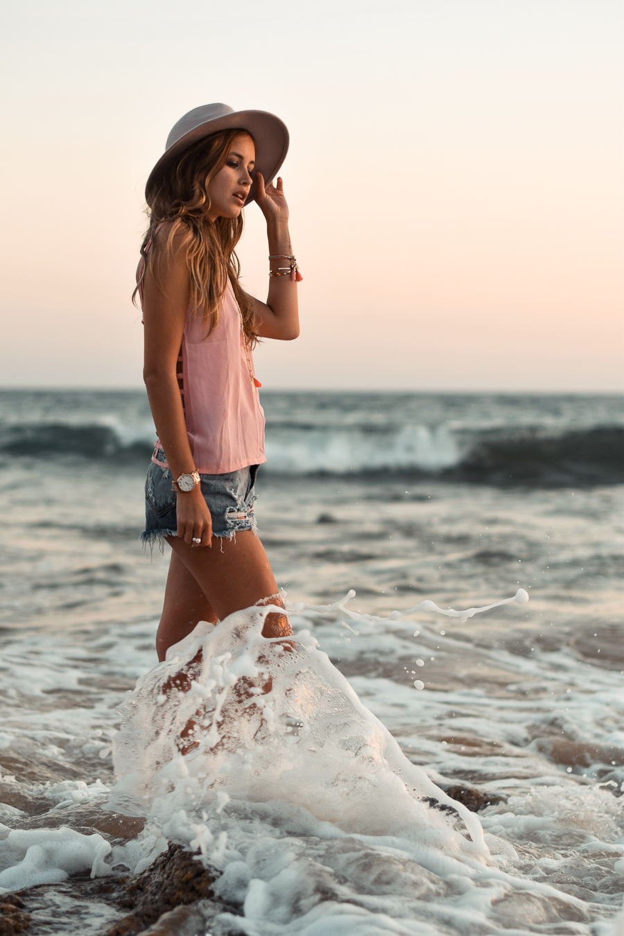 The denim shorts are of course a beach style stable. Add a pink sleeveless top and a hat and you can consider yourself ready. Via Daisy R. Hat: River Island, Denim Shorts: Sheinside, Beach Outfits