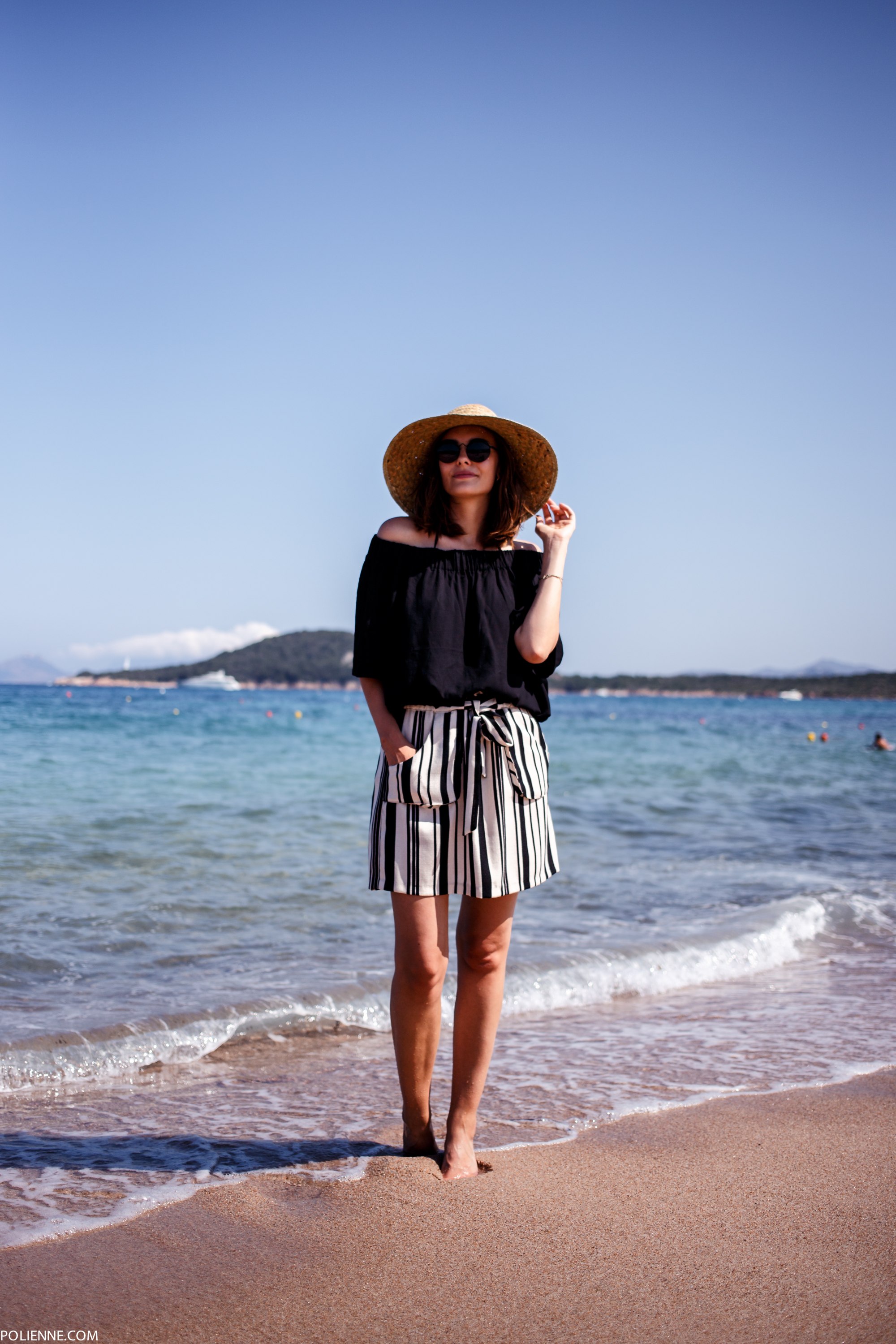 Off-the-shoulder top, yes, vertically striped skirt, yes, and hat, of course. Everything you need to go to the beach. Via Paulien Riemis Top: Weekday, Skirt: Zara, Sunglasses: Le Specs, Hat: Ikea
