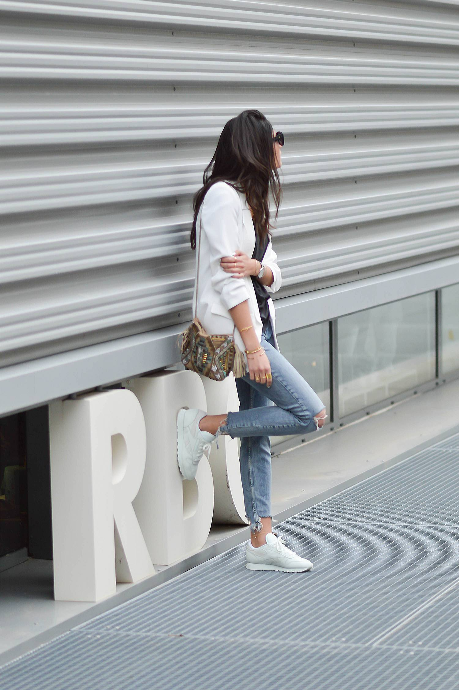 Pairing a blazer with distressed denim jeans is a great idea if you're looking for an outfit which is both casual and somewhat elegant. Federica L. has chosen to wear a white blazer, creating a smart style which we love! Blazer: Zara, Jeans: Bershka.