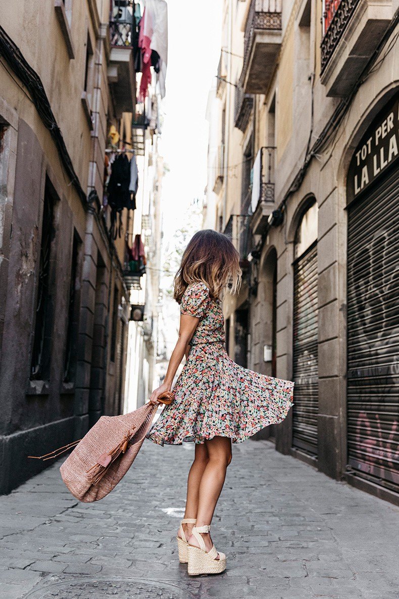 Super cute floral dress, platforms and a raffia bag. Via Sara Escudero Dress/Bag/Shoes: Ralph Lauren