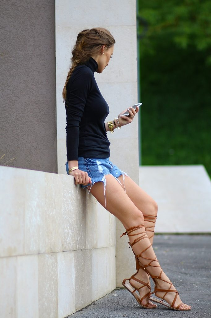 It is a simply outfit, but it works. Black turtleneck, denim cut-offs and gladiator sandals. Via Ioana Chisiu
