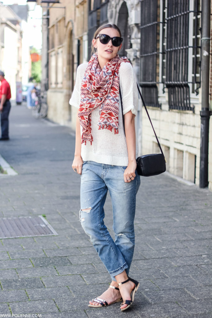 To spruce up your outfit add a colourful scarf. The boyfriend jeans and T-shirt provides a great canvas for a bit of colour. Via Paulien Riemis