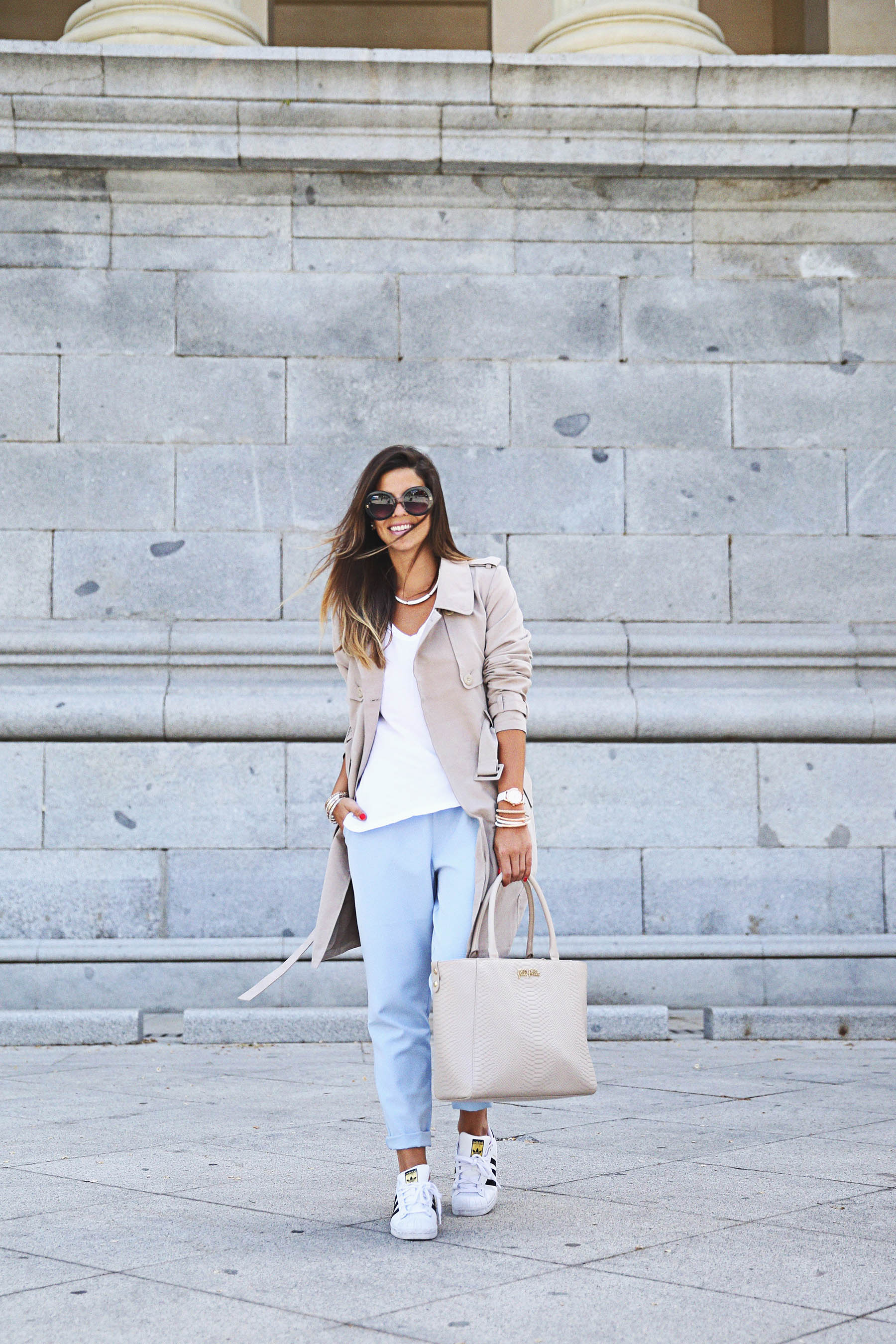 Some people don't think boyfriend jeans are that versatile. Actually they are. Just throw on a trench coat, white tee and a pair of sneakers. Vis Natalia Cabezas Trench Coat/Jeans: Asos, T-shirt: Zara, Sneakers: Adidas, Bag: Folli Follie How To Wear Boyfriend Jeans