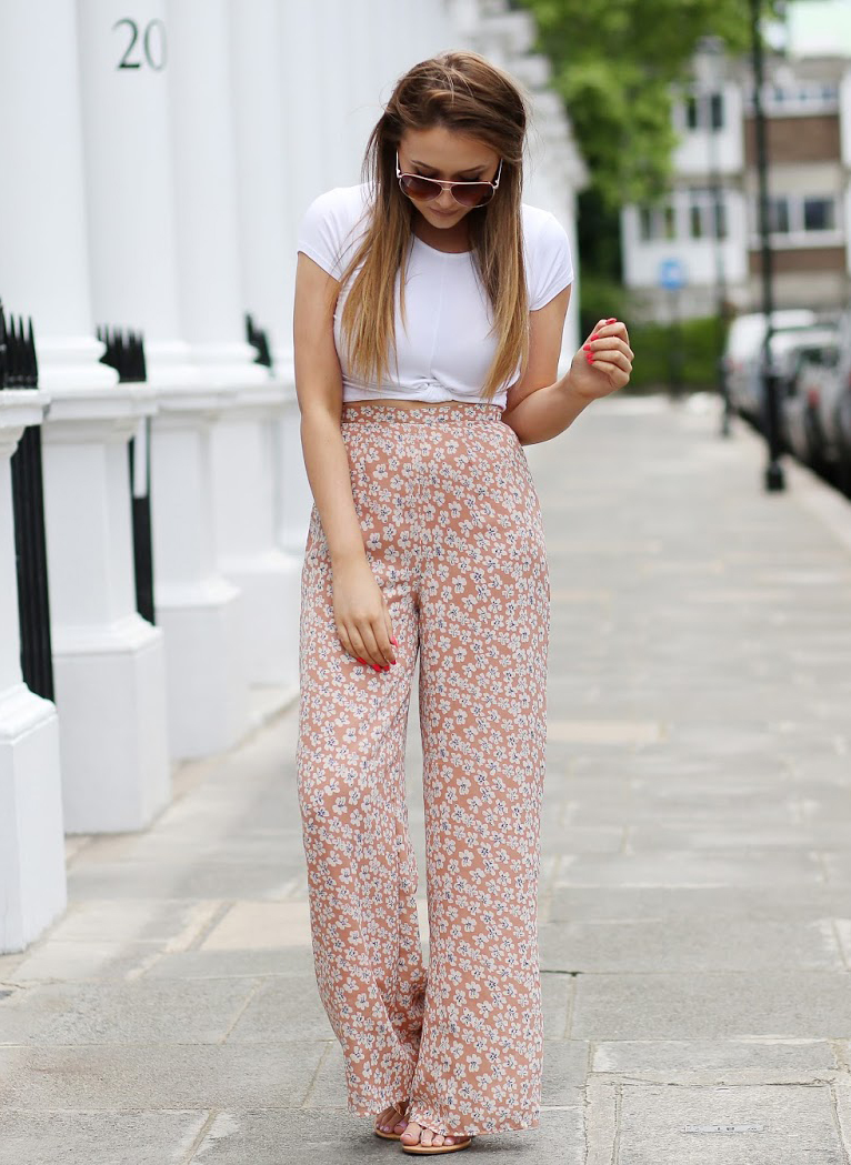 Floral prints will never go out of style! Just pair these summery trousers with a white tee and you're done! Via thatpommiegirl