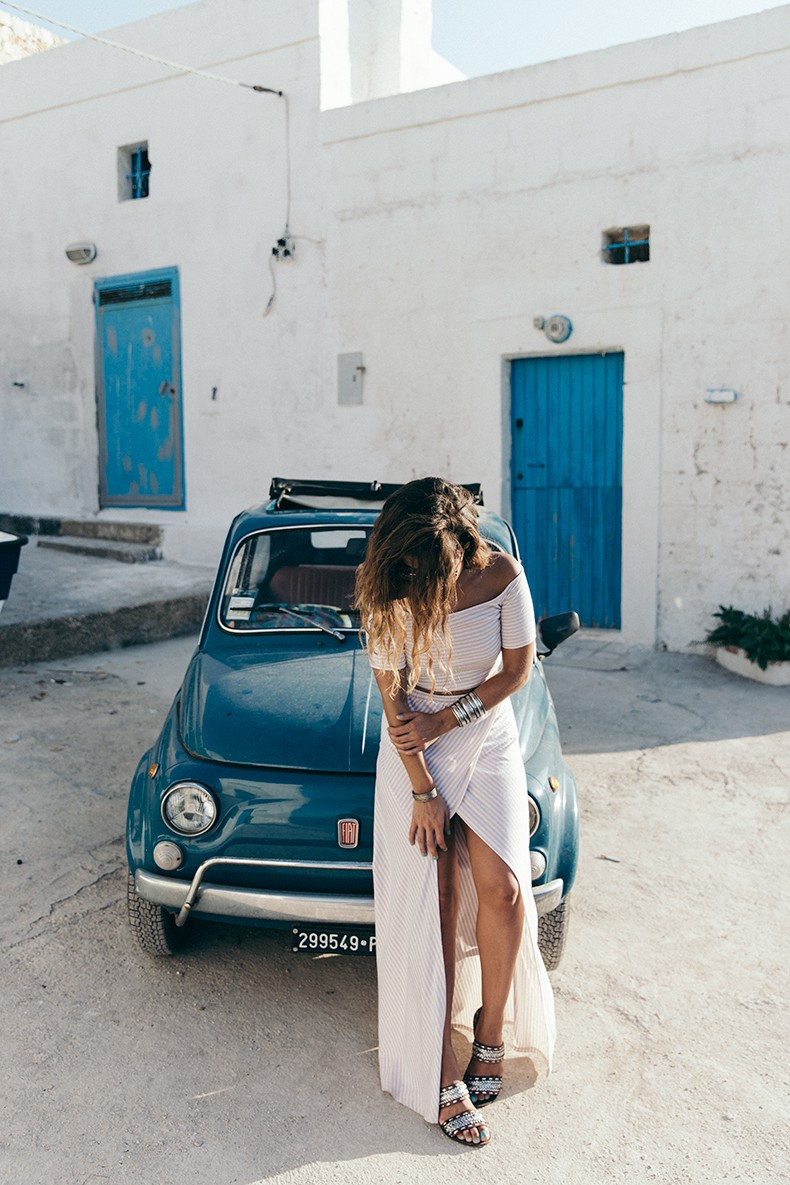 Sara Escudero is combining three trends with this Co-Ord outfit: Off-the-shoulder top, high slit skirt and of course vertical stripes. Co-Ord Set: Sabo Skirt, Sandals: Maje