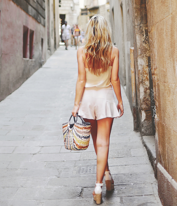 A neutral coloured summer outfit consisting of a light silk cami , shorts and wedges creates a lovely canvas for the multi coloured bag. Via The Pearl Oyster Cami: AYR, Shorts: Revolve, Wedges/Bag: Barcelona. Cute Casual Outfits for Summer