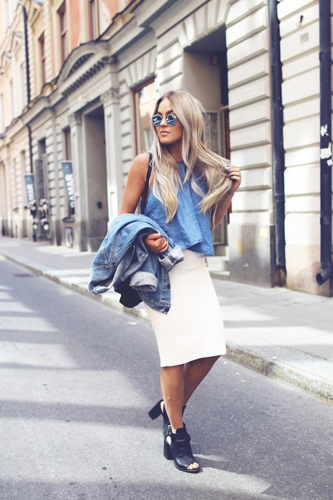 Don't complicate it. Matching sleeveless denim top and jacket, white skirt and black shoes. Via Angelica Blick  Top/Skirt/Bag/Shoes: Zara, Sunglasses: RayBan, Jacket: Levis. Casual Summer Outfits