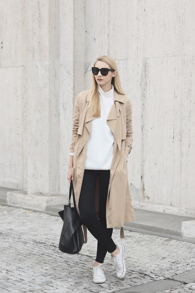 Beige is a new and upcoming trend this fall. Wear a pair of white converse with your beige item to create a pale contrast and steal Pavlína Jágrová's sophisticated look. Trenchcoat: Mango, Top: Other Stories, Jeans: Lindex, Shoes: Converse.