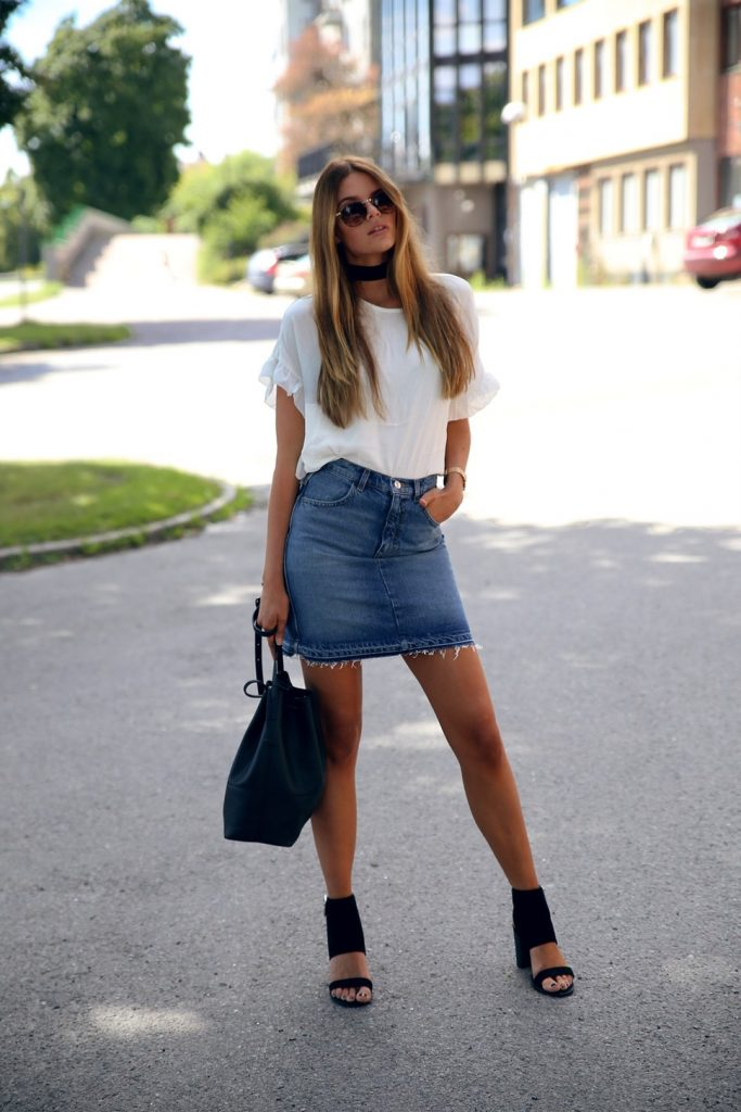 Josefin Ekström is looking super cool in this frayed denim skirt, pairing it with a white tee and heels for an easy but edgy everyday style. Throw on some shades to make the look complete! Top: Loavies, Skirt: Monki, Bag: Gina Tricot.