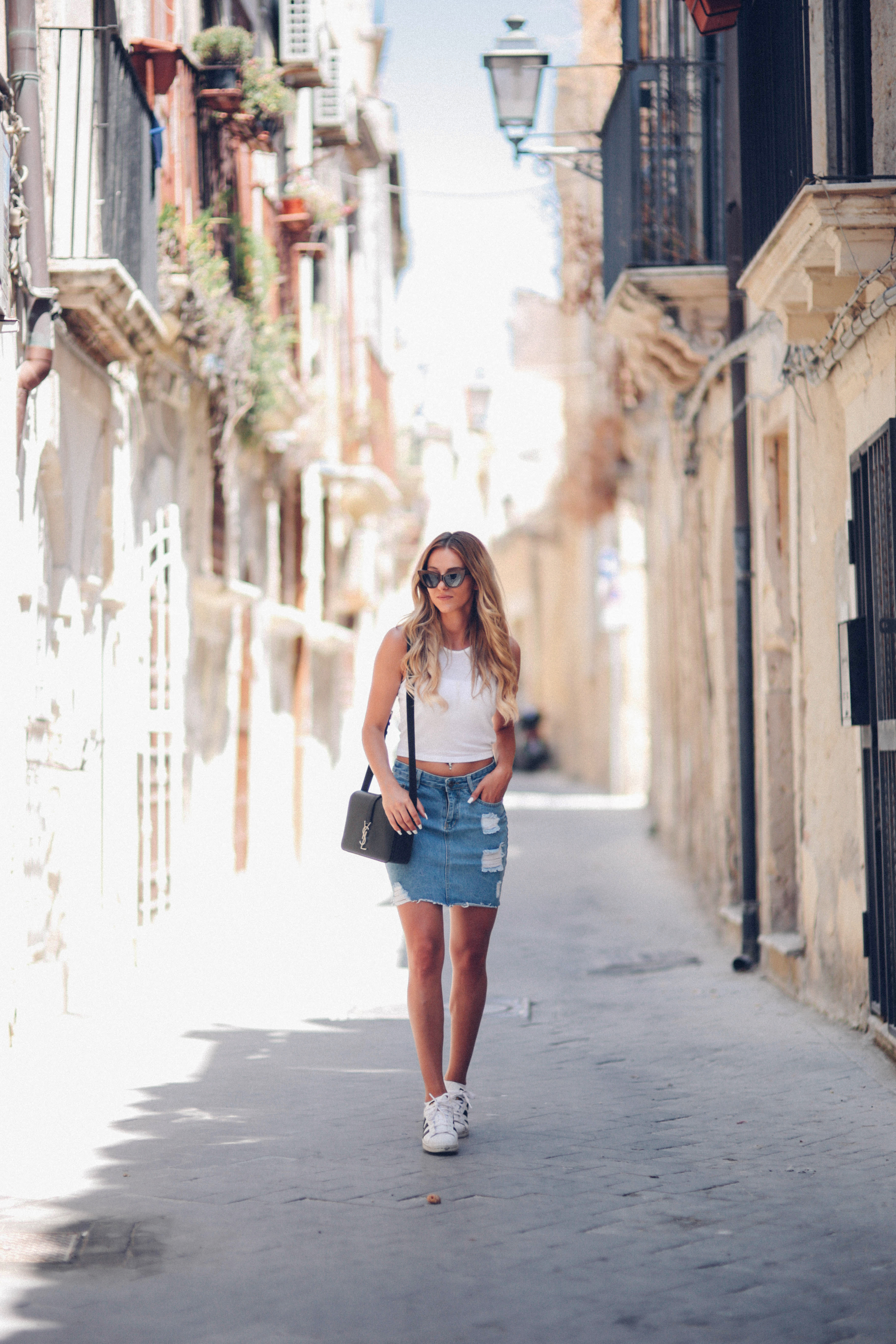 0f8340d639c5 Sendi Skopljak looks cool & casual in this distressed denim mini skirt,  paired with a