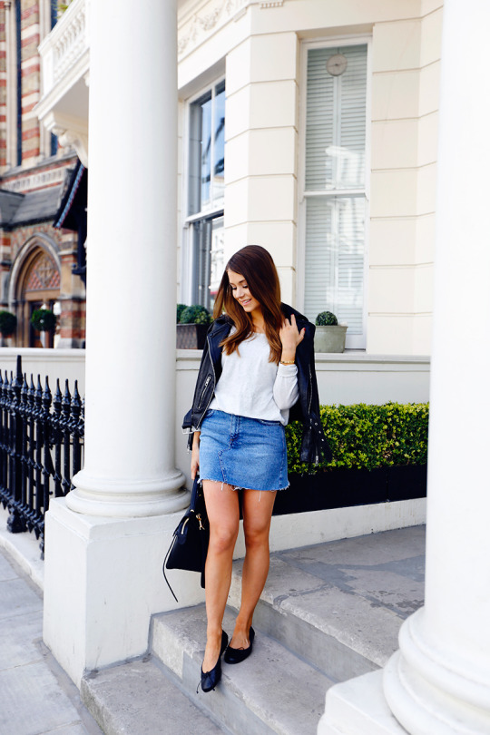 d88dead79433fe Marianna Mäkelä is looking super cute in this denim mini skirt, paired with  a neutral