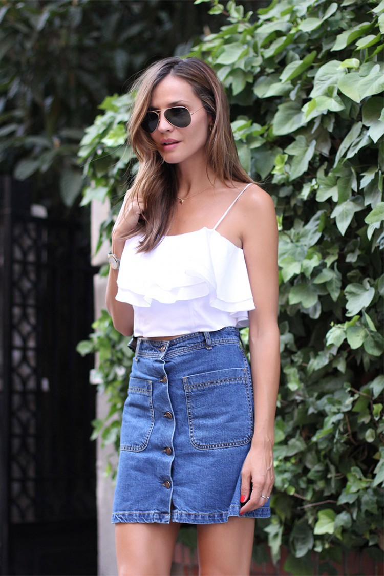 Wear a cute white little crop top with your button front denim skirt. Nothing else is needed. The one she is wearing is from Zara. Via Silvia Zamora