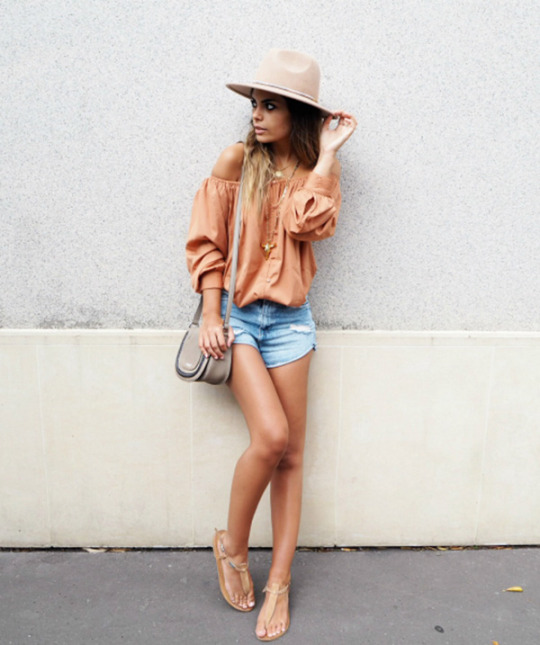 Off the shoulder tops are absolutely in this year! Laetitia is wearing this fantastic orange piece with denim cut offs and sandals in a holiday style which will be perfect for any winter break! Blouse : NA-KD, Shorts: Zara, Hat: ASOS, Bag: Michael Kors.