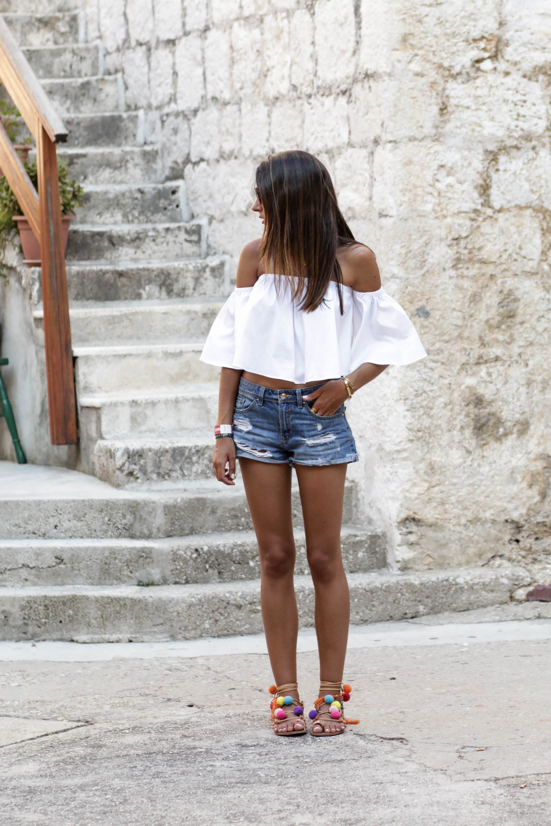 Federica L. is killing it in this gorgeous off the shoulder top from H&M, paired casually with denim cut offs and a pair of super cute bobble sandals which serve to inject some vibrant colour into the look. We love this summer style! Top: H&M, Sandals: Stradivarius.