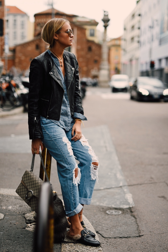 Nina-Victoria Suess pairs these trendy ripped jeans with a cute leather jacket and blue shirt. Jacket: S.Oliver, Blouse: Zara, Jeans: Levis, Bag: Gucci, Shoes: Gucci.
