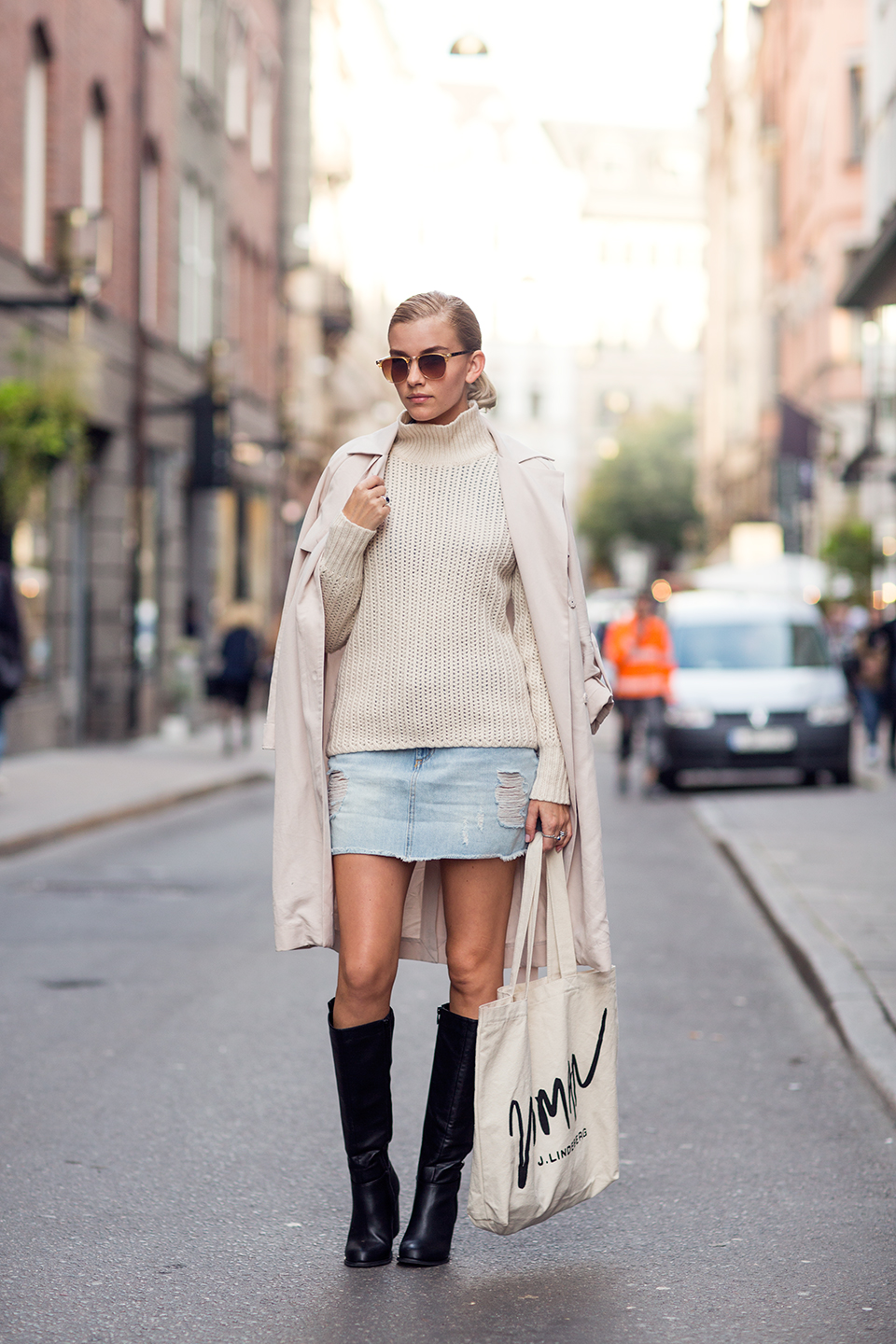 We love this pale pink knit. Elsa Ekman brings some edge to her outfit by contrasting the pastel colours of her coat and skirt with patent black boots. Sweater: Whyred, Trench Coat: HM, Skirt & Sunnies: River Island, Shoes: Din Sko.