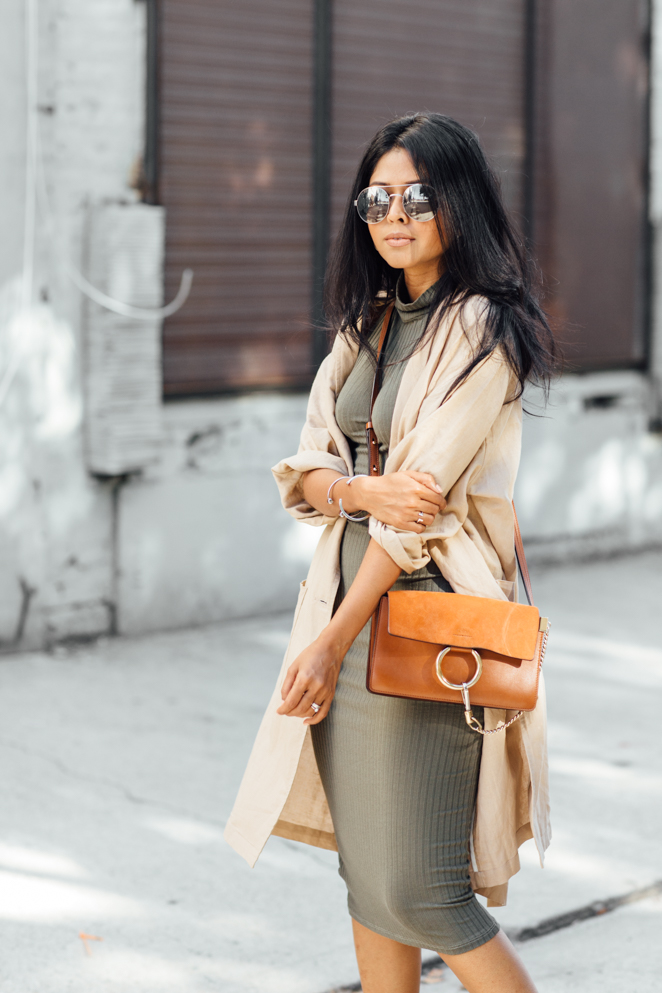 Is this the perfect colour ensemble for Fall? The khaki dress and trench coat is perfectly set off by the leather bag. Via Sheryl Luke