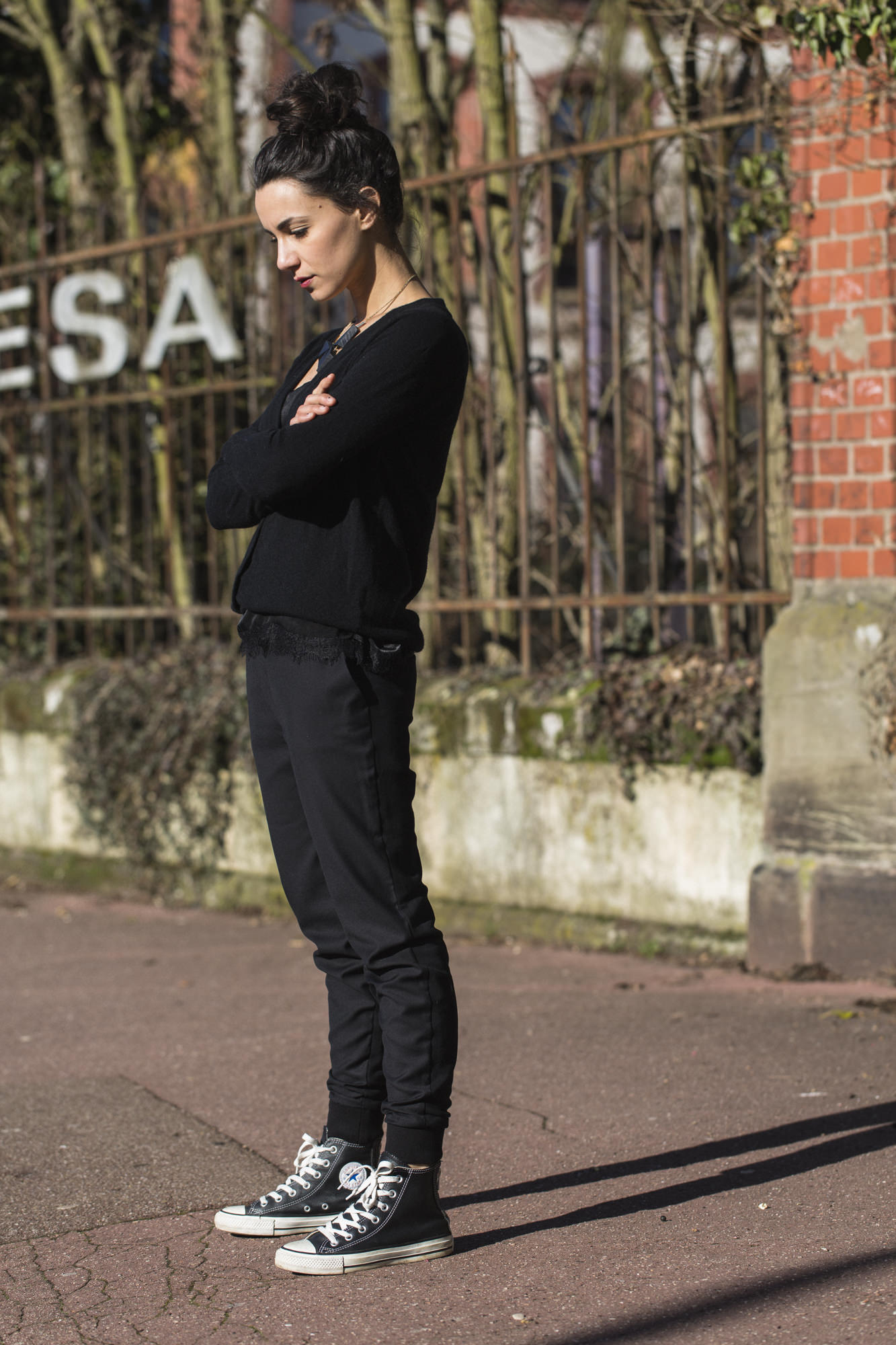 Wear classic black converse like Coline by pairing them with slouchy tomboy style trousers and a simple knit top. We love this androgynous jogger style. Jacket: Hunky Dory, Top: En Dentelle Vila, Trousers: Diesel, Shoes: Converse.