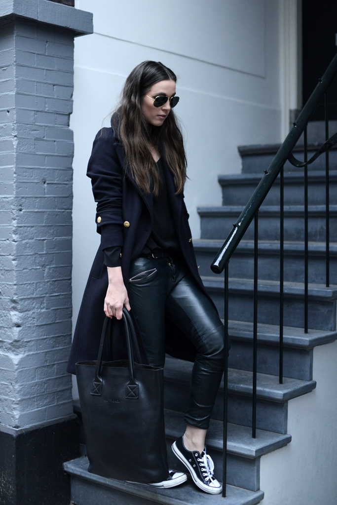 Cindy Van Der Heyden is looking ultra alternative in a dark and mysterious style consisting of leather leggings, a royal navy overcoat and a pair of classic black converse; a must have this season! Trousers: Muubaa, Blouse/Coat: H&M, Sneakers: Converse.