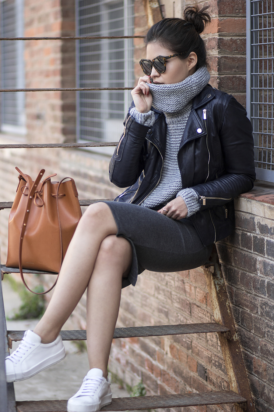 Knitwear and leather make a great combination. Adriana Gastélum is wearing an oversized turtleneck with a gorgeous leather jacket and a grey sweater style midi skirt, a stylish and casual look. Sneakers: Shoe Scribe, Jacket/Skirt: Stradivarius, Turtleneck: Shein, Bag: Mansur Gavriel.