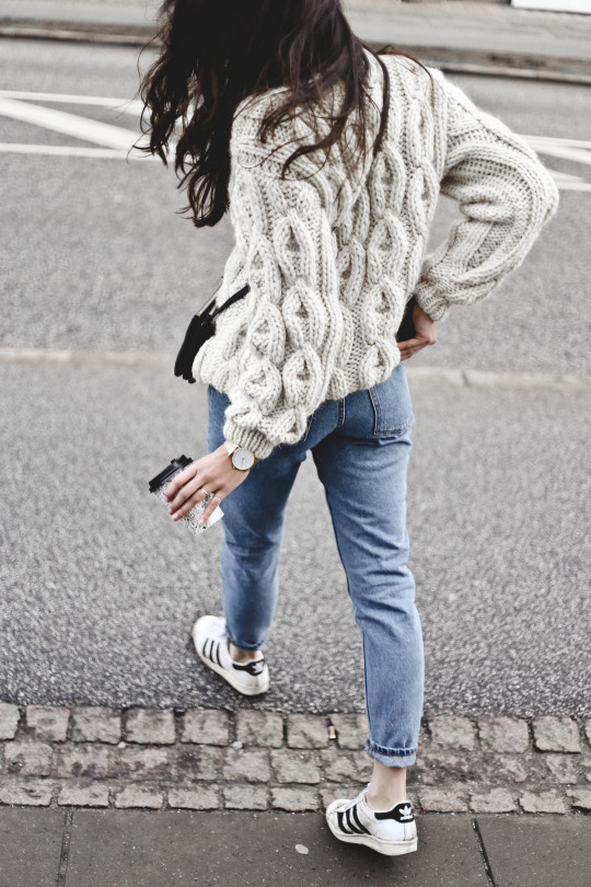 Monja Wormser is working the knitwear trend in this chunky cable knit sweater from Mirstores, which she has paired with simple denim jeans and retro Adidas sneakers. Knit: Mirstores, Jeans: Monki, Sneakers: Adidas, Bag: Celine.