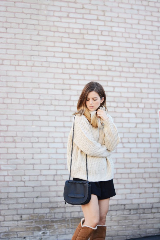 An oversized knitted jumper will always look cute when paired with black shorts and Uggs. Via Takeaim.nu. Boots: Ugg Australia.