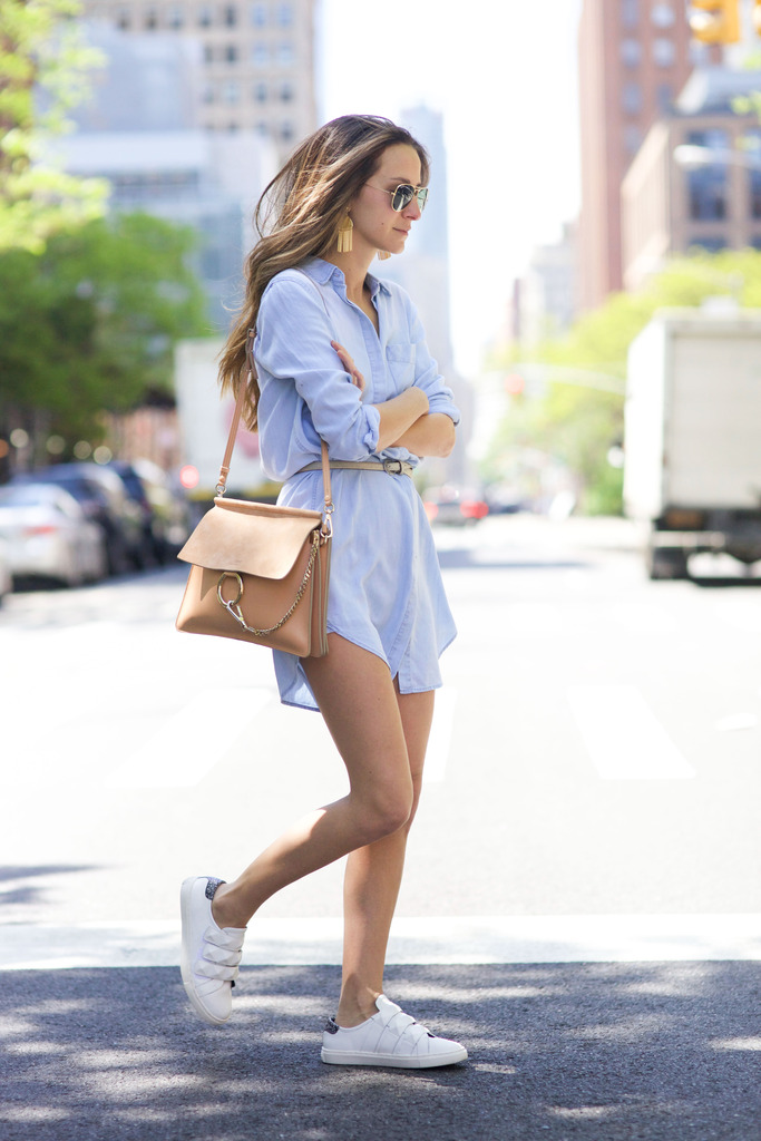 Choose pastel colours for a super cute summer outfit this year! Arielle Nachami shows us that pastel blue is definitely this season's colour in this cute and flirty dress from Rails, paired simplistically with sneakers and a nude handbag. Dress: Rails, Sneakers: Rebecca Minkoff.