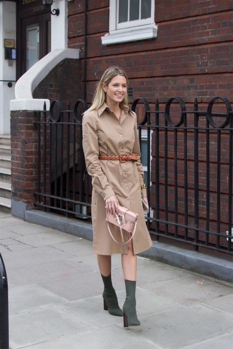 A block coloured shirt dress is the ideal way to capture a simple but striking aesthetic. Helena Bordon pairs this gorgeous beige dress with Chelsea boots and a belt to accentuate her slim figure. Dress: Barbara Casasola, Bag: Louis Vuitton.