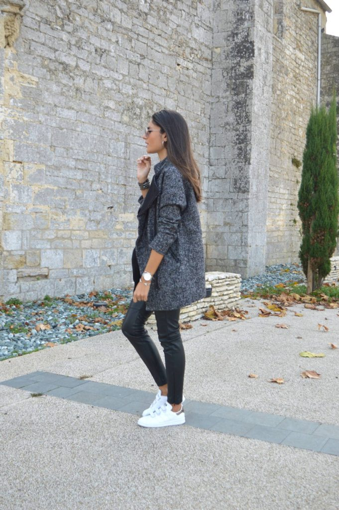 Federica L. wears the leather trousers trend with a rolled up grey jacket and a crisp pair of white sneakers.  Jacket: H&M, T-Shirt: Rad, Sneakers: Zalando.