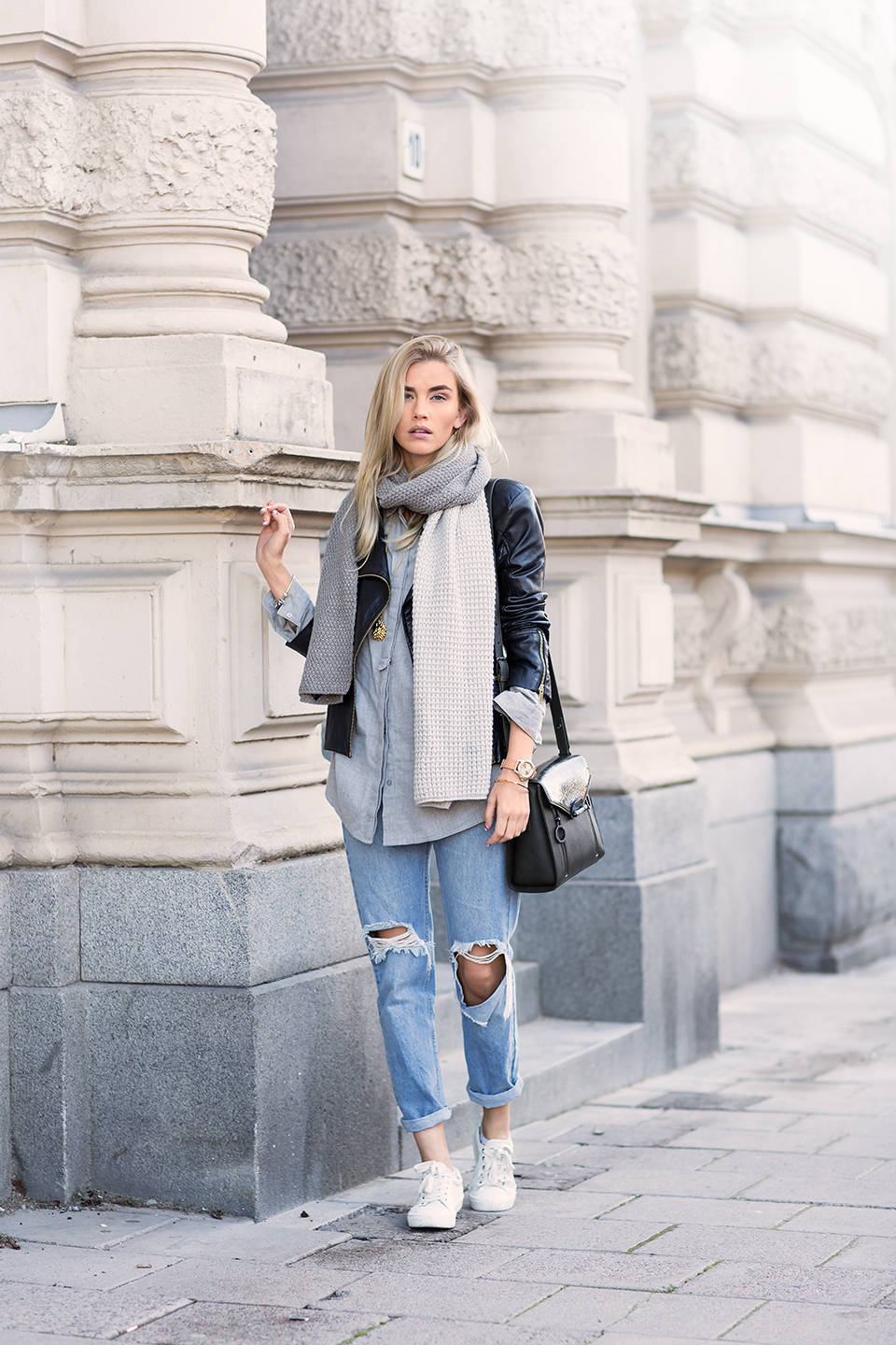 Elsa Ekman completes her look with an oversized scarf from G-Star. Jacket: Mango, Shirt:Gina Tricot, Necklace: Sophie by Sophie.