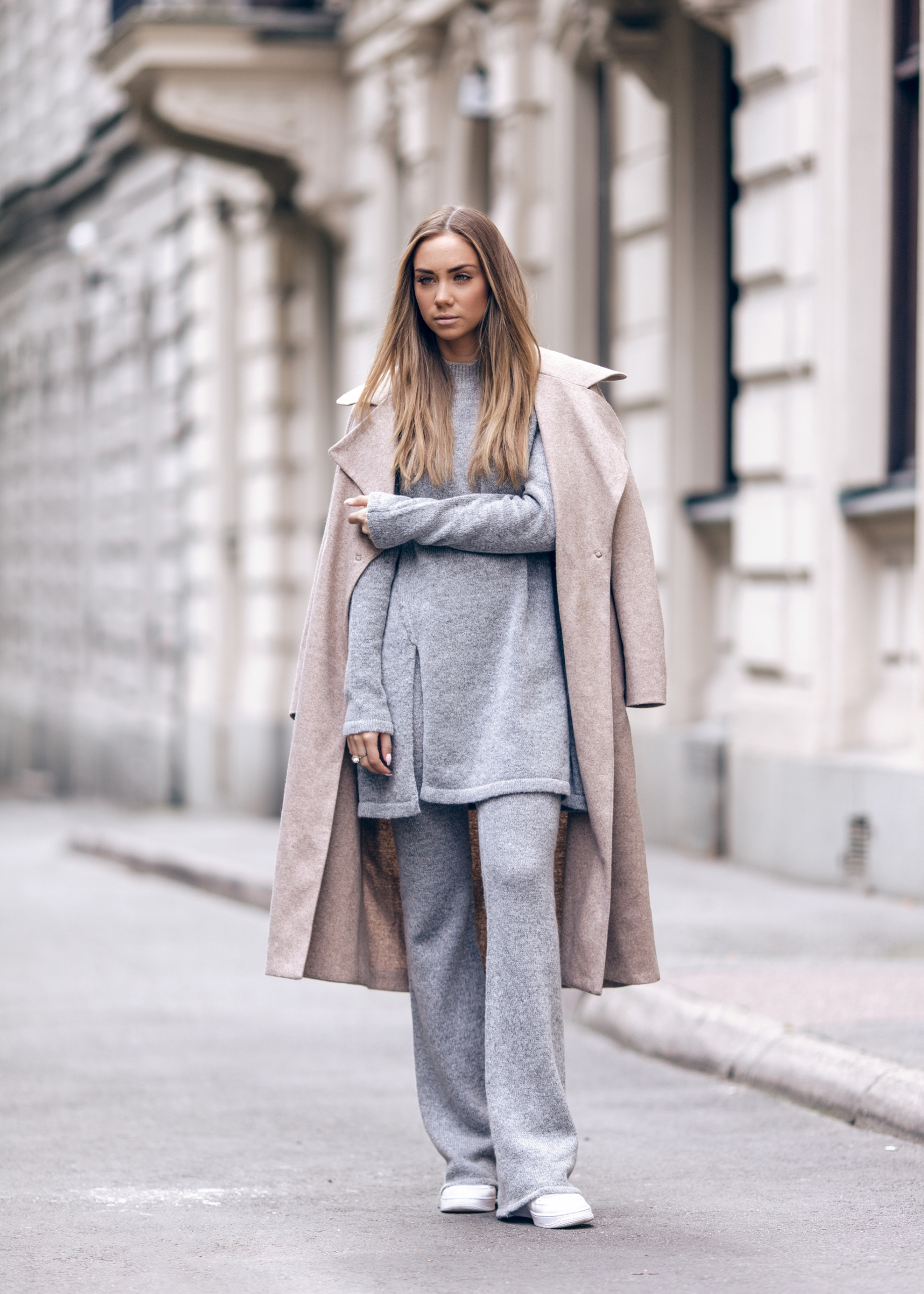 Lisa Olsson rocks this marl grey matching two piece. Wear something similar with a neutral overcoat to recreate this look. Coat: Filippa K, Two piece: Gina Tricot, Sneakers: Nike.
