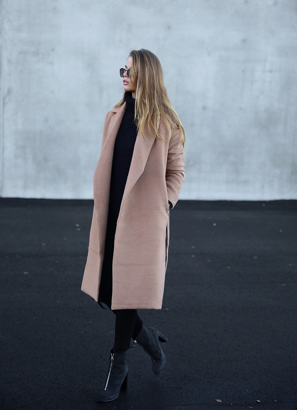 Josefin Ekström breaks up an all black outfit with a gorgeous neutral coloured coat from Bubbleroom. Coat: Bubbleroom, Shoes: Henry Kole.