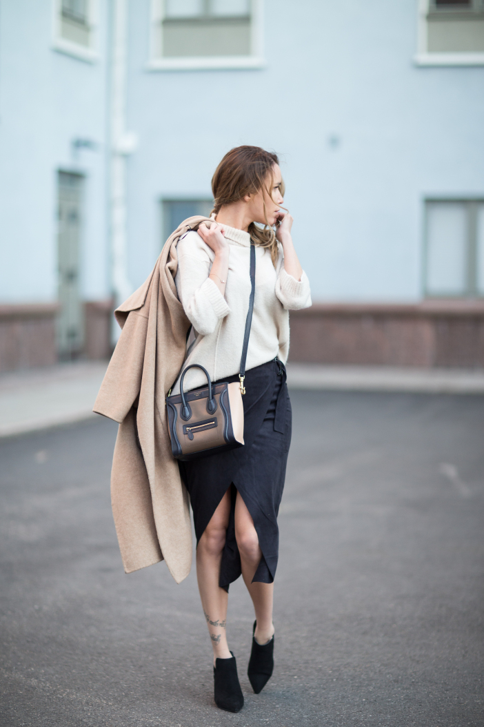 Dare to wear the wrap around skirt trend like Julia Toivoloa. Coat/Shoes: Zara, Sweater/Skirt: Gina Tricot,Bag: Céline.