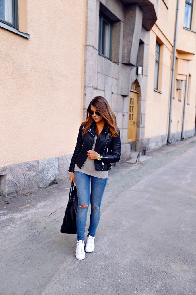 Marianna Mäkelä keeps it casual in denim jeans and a cute leather jacket.   Leather jacket: AllSaints, Sweater: Repeat, Jeans: AllSaints, Sneakers: Adidas, Bag: Givenchy.