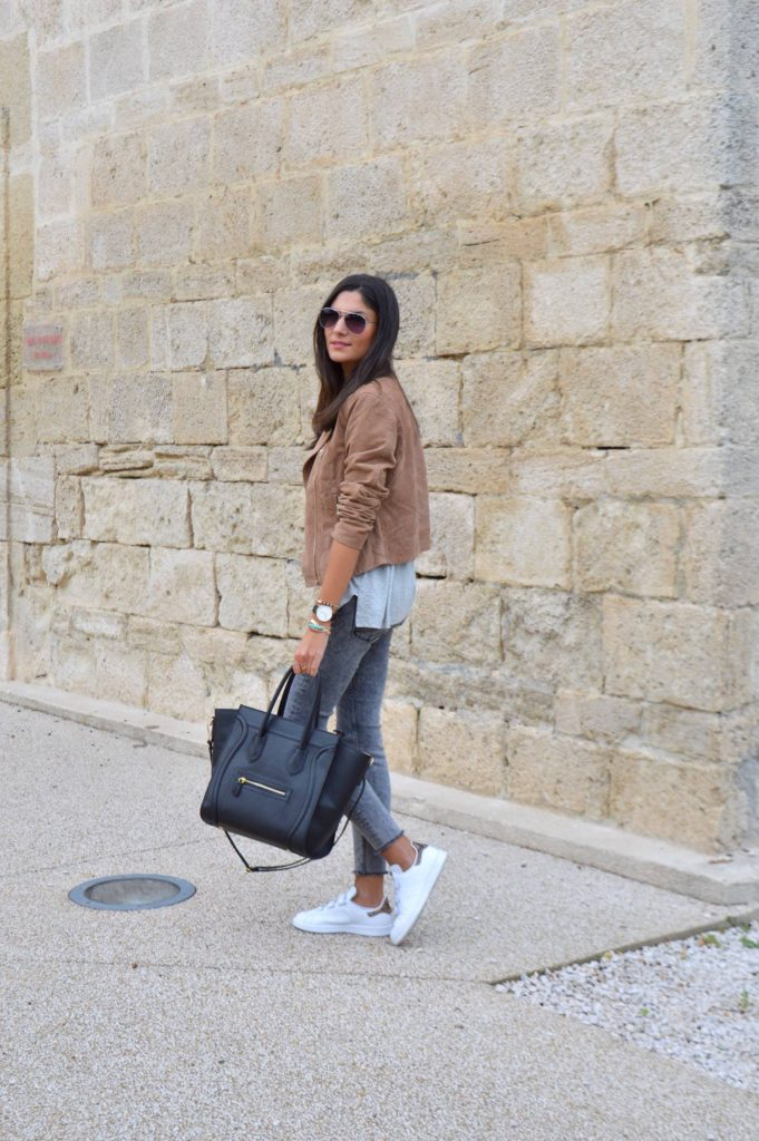 Federica L. wears a cute suede jacket with skinny jeans and white sneakers.   T-Shirt/Jeans/Jacket: Zara.