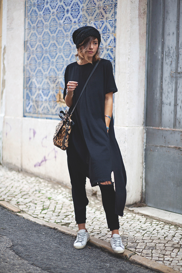 Zoé Alalouch rocks the all black trend, wearing cropped jeans and a tomboy style oversized tee.  Top: Zara, Jeans: Monki, Sneakers: Golden Goose.